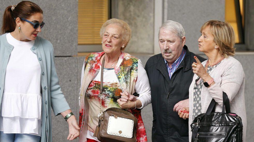 El ex secretario general del SOMA-UGT José Ángel Fernández Villa (2d) a su llega a la Sección Tercera de la Audiencia Provincial de Oviedo en donde se le juzga por un presunto delito de apropiación indebida de fondos del sindicato, por el que la Fiscalía pide una pena de cinco años de cárcel