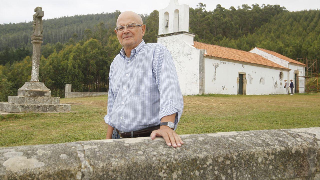 José Antonio Vilela Rodríguez, el viernes por la tarde, con la capilla de San Antón de Corveiro y el cruceiro al fondo