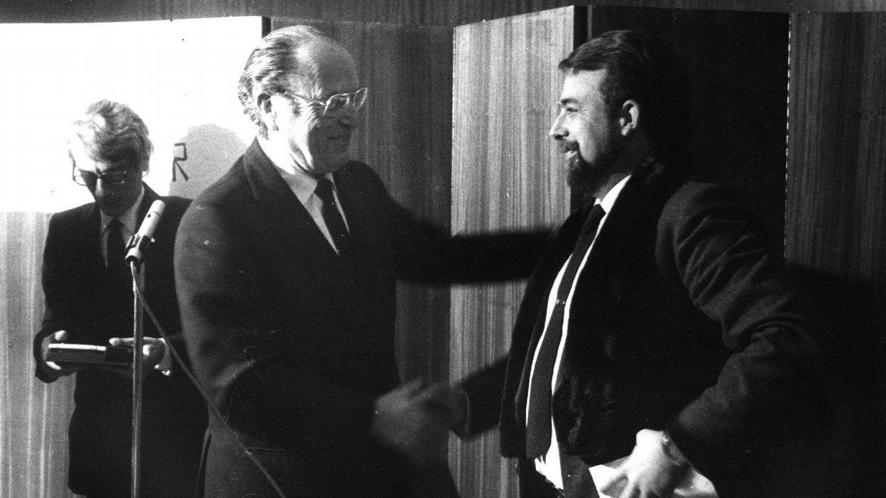 Fernandez Albor entrega a Alfredo Conde Cid el premio Blanco Amor de Novela en 1984