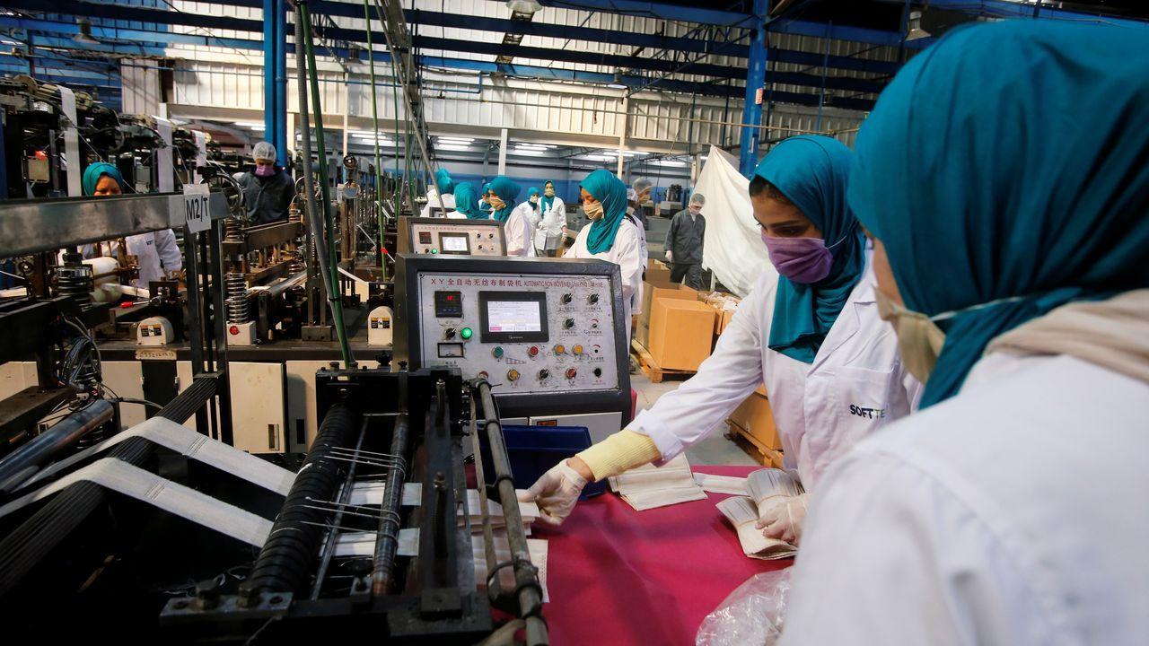 Fábrica de mascarillas en Casablanca, Marruecos.