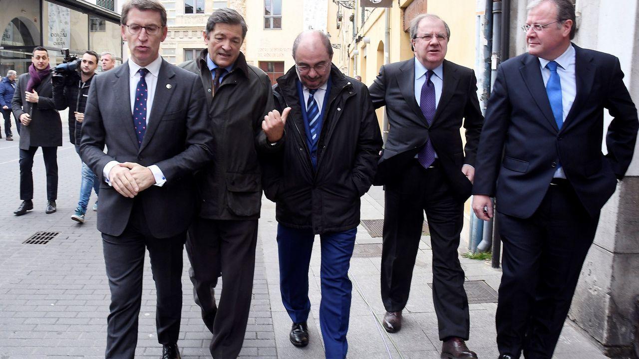 El jefe del Ejecutivo de Castilla y León, Juan Vicente Herrera (2d), acompañado por los presidentes de Galicia, Alberto Núñez Feijóo (i), Asturias, Javier Fernández (2i), Aragón, Francisco Javier Lambán (c) y el alcalde Antonio Silván (d)
