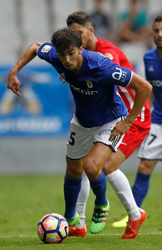 Lucas Torró protege el balón ante la presión del Almería