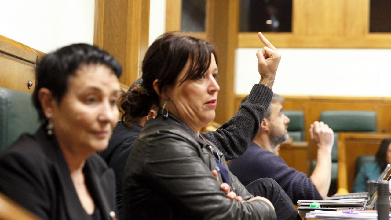 El parlamentario de EH Bildu  Josu Estarrona hace una peineta durante la sesión, de la que fue expulsado