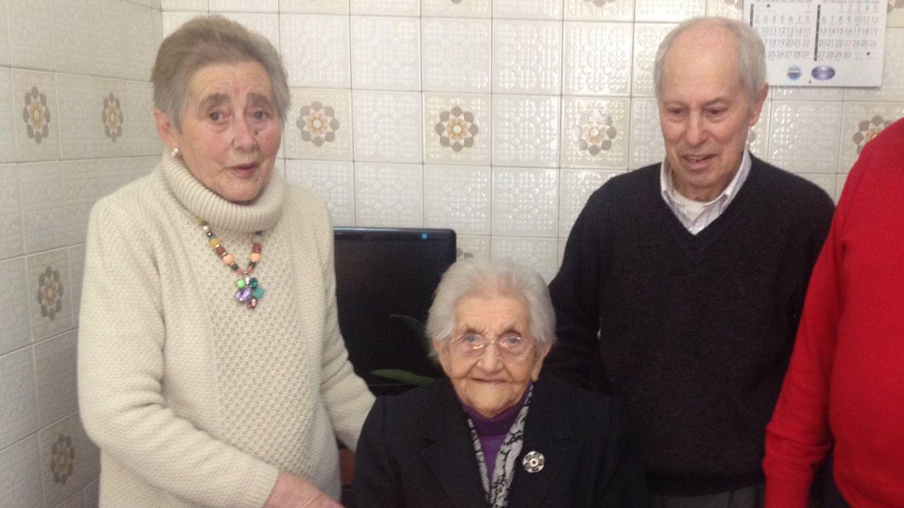 El matrimonio fallecido, Josefina Martínez (a la izquierda) y Teodoro Díaz (derecha), durante la celebración del 102 cumpleaaños de la madre de Josefina en el año 2015