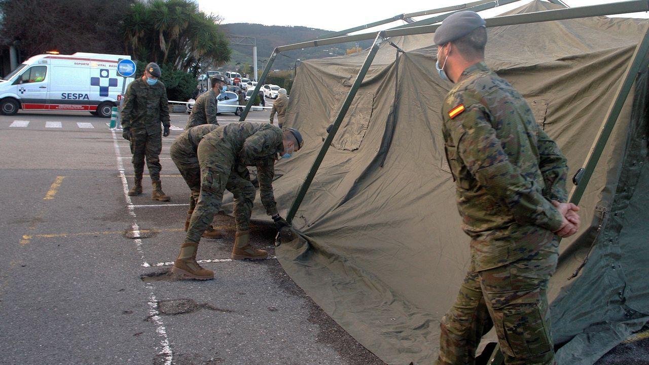 Soldados del Regimiento Príncipe de Asturias montan un hospital de campaña para el triaje de pacientes con covid-19 en la zona de aparcamiento del Hospital de Cabueñes, este viernes, en GijóN