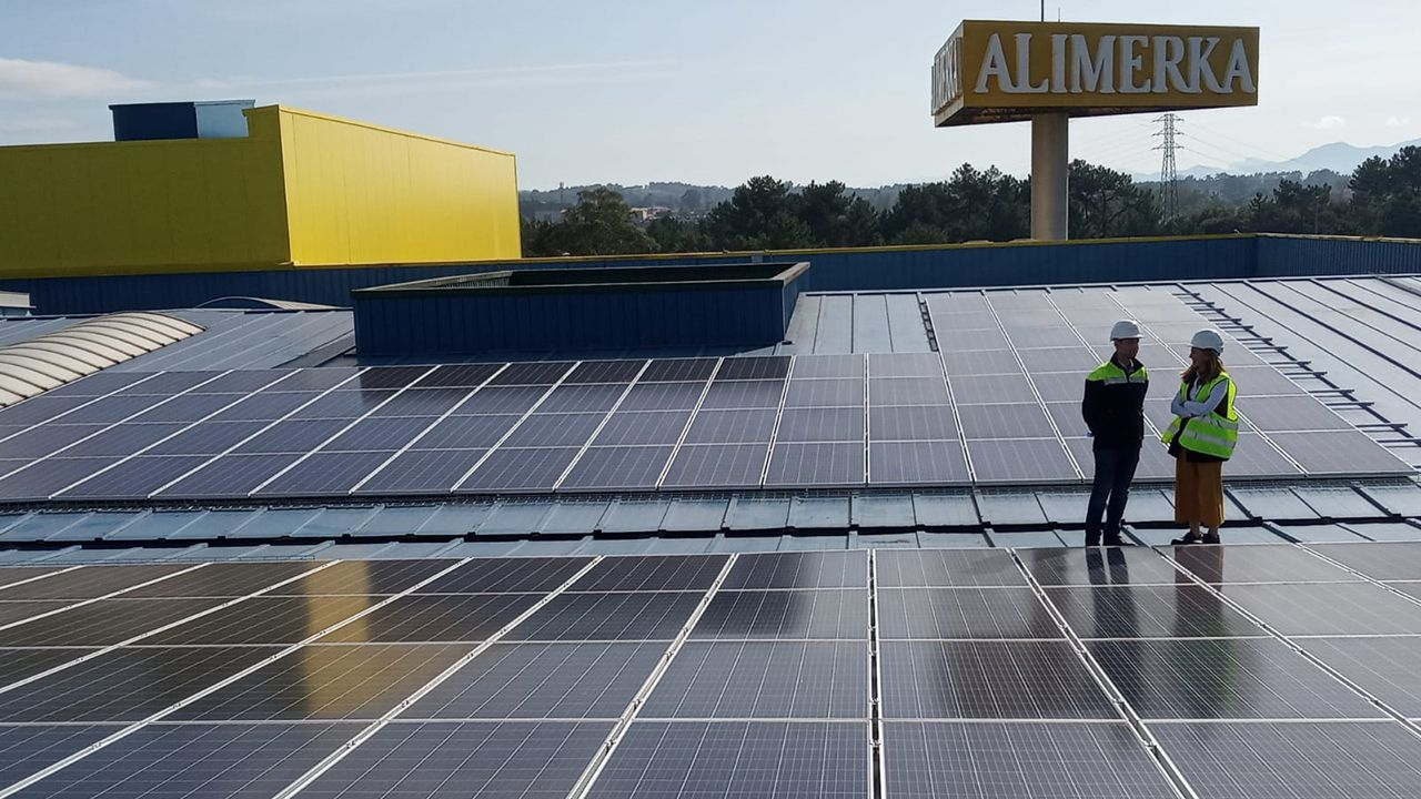 Iván Pravia y Paula Díaz-Caneja en la presentación de los paneles fotovoltaicos de Alimerka
