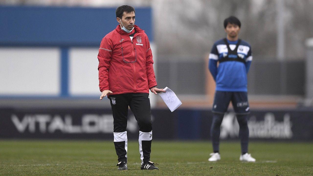 Asier Garitano, con Gaku detrás, en un entrenamiento del Leganés