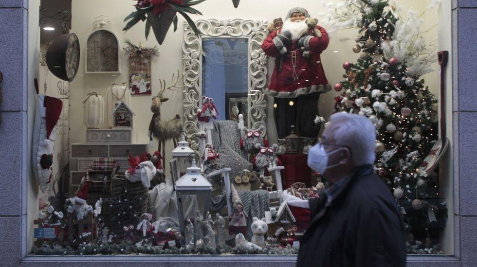 Un hombre pasa frente al escaparate de una tienda de Monforte estas pasadas Navidades