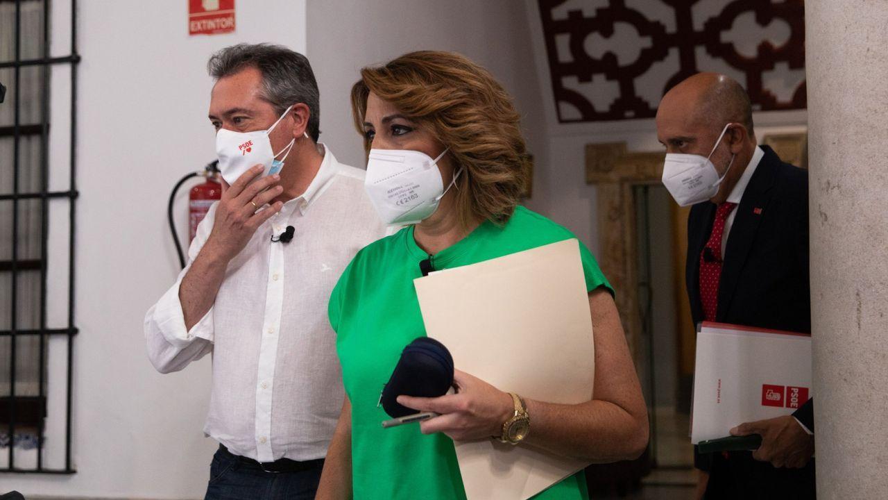 El ganador de la primarias del PSOE-A y alcalde de Sevilla, Juan Espadas, depositando hoy su voto.