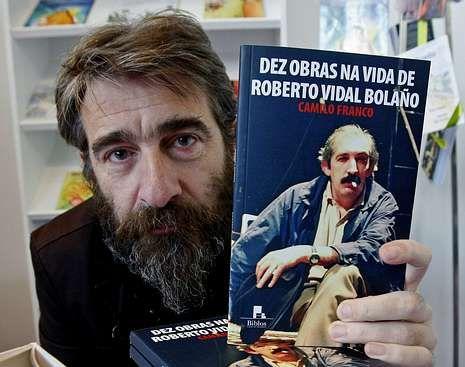 Camilo Franco cunha das súas obras sobre Vidal Bolaño.
