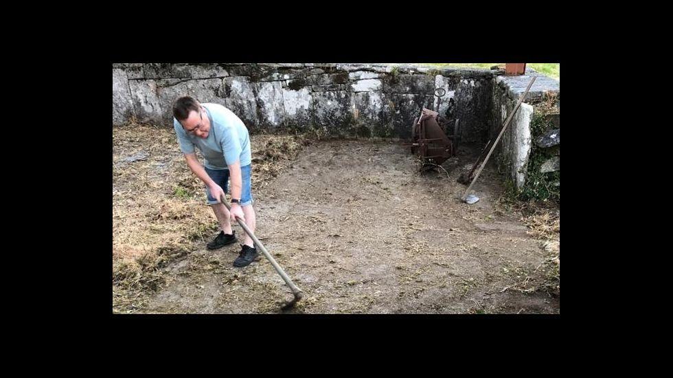 Moncho Lema, limpando a Eira do Carmelo, en Berdoias