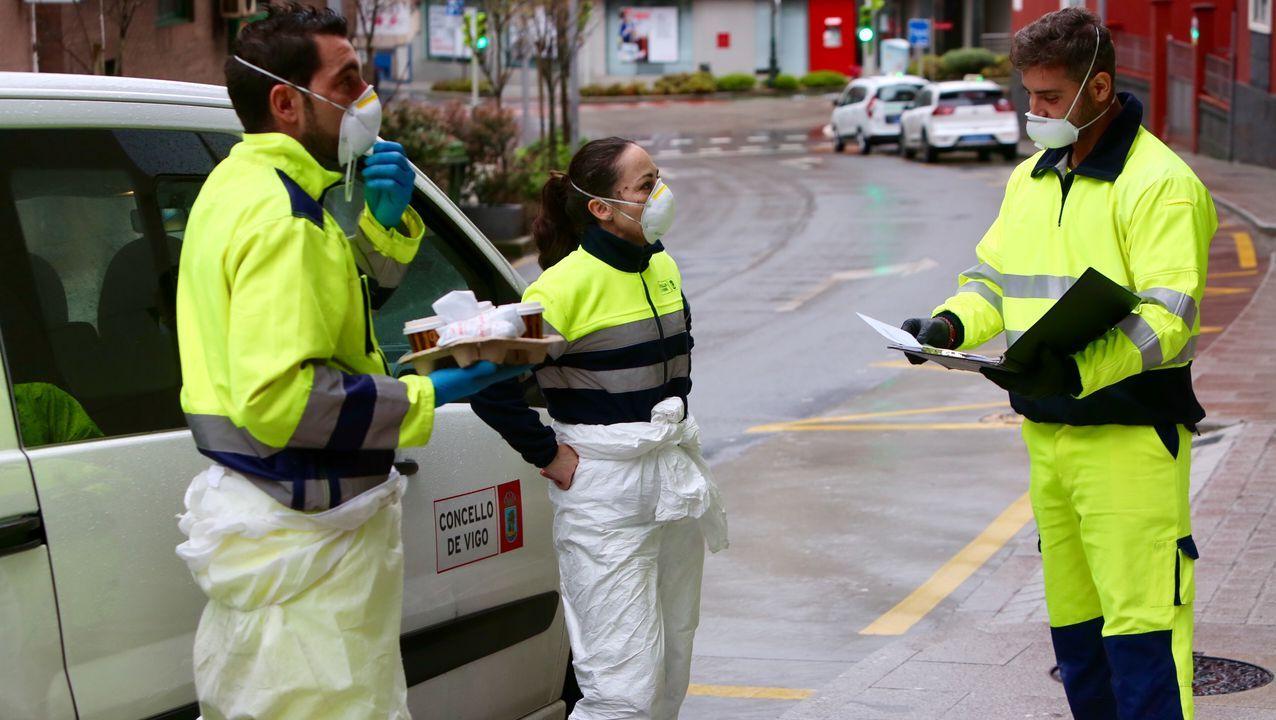 Trabajadores municipales de limpieza y desinfección en Vigo planificando el resto de la jornada