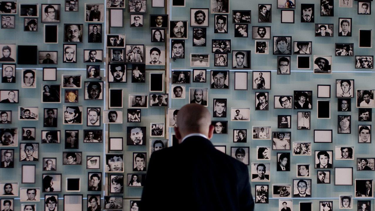 Una persona observa fotografías de desaparecidos, en las instalaciones del Museo de la Memoria en Santiago (Chile). La Comisión Interamericana de Derechos Humanos (CIDH) felicitó al país por la inauguración de este lugar, que representa, dijo, un importante símbolo de la lucha contra la impunidad y de una cultura que se basa en el respeto a los Derechos Humanos