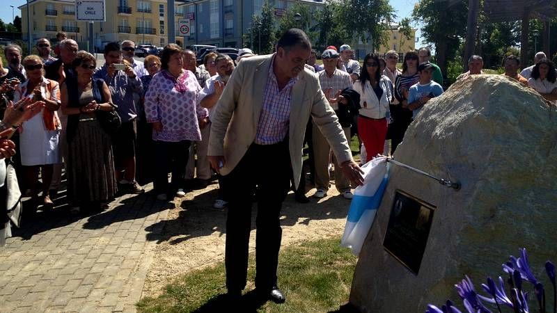 tarjeta.Ángel García Seoane, en el momento de descubrir la placa del nuevo parque Santiago Carrillo