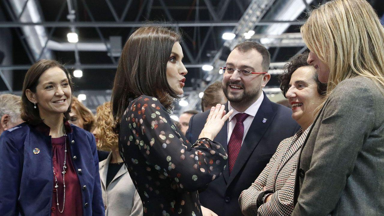 Letizia Ortiz conversa animandamente con Adrián Barbón, Berta Piñán y Graciela Blanco, en presencia de Reyes Maroto, en la inauguración de Fitur