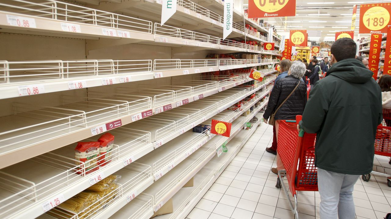 Estanteríasvacías en los supermercados gallegos.Fernando Roig y Santi Cazorla