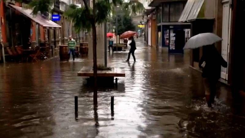 Las calles de Vilagarcía se inundan por las fuertes lluvias de mediodía.Parque eólico de Vilán.