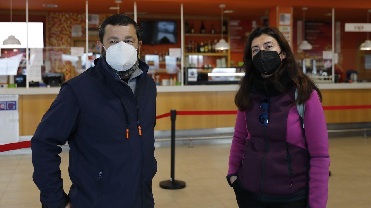 Dos trabajadores que están desplazados a Galicia, en la estación de servicio Antela de Xinzo. No pueden comer en el restaurante porque no son transportistas