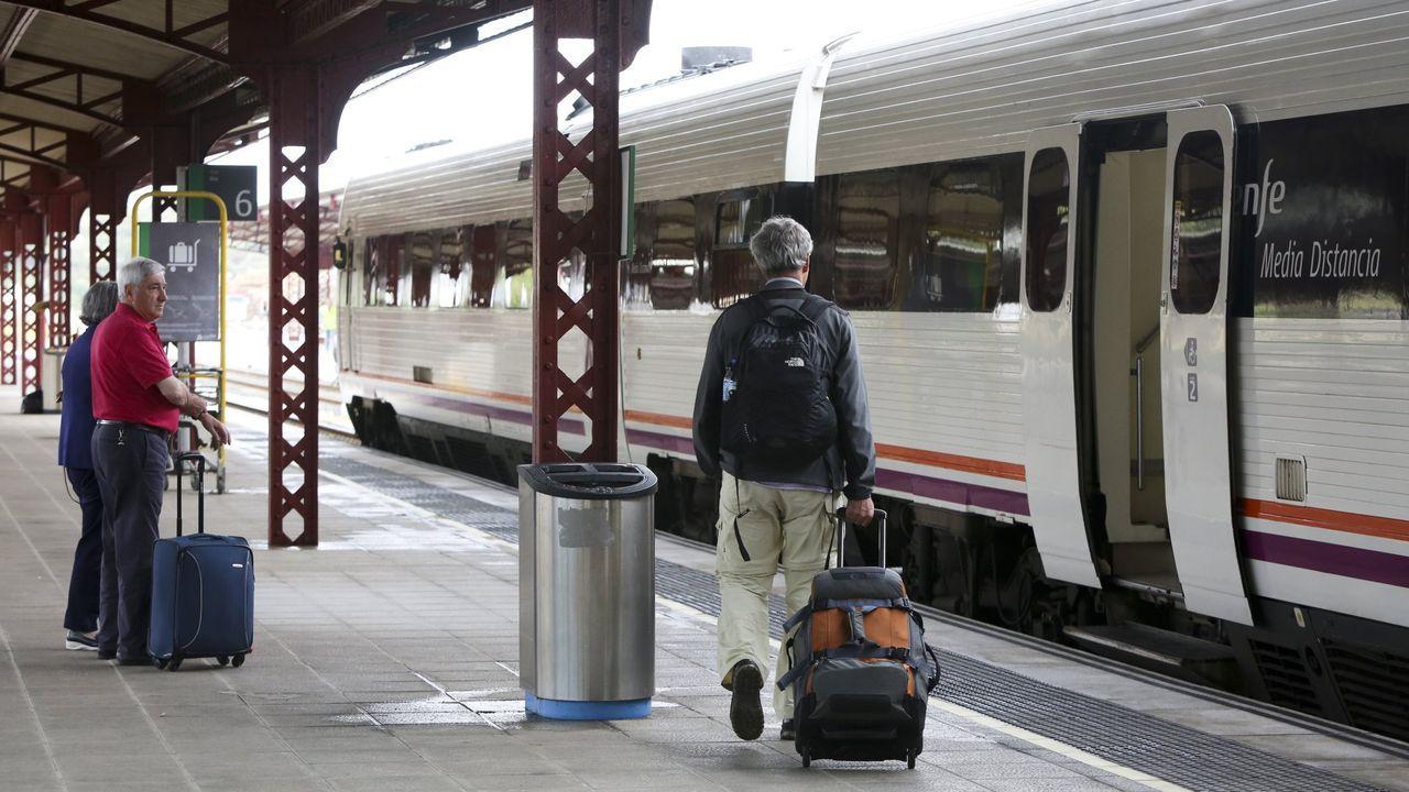 Aglomeración tren en Asturias.Pasajeros en la estación de tren de Ferrol en una imagen de archivo