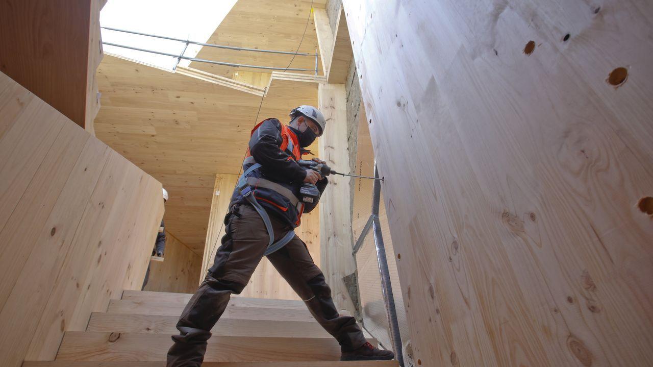 Uno de los operarios en la escalera interior del edificio