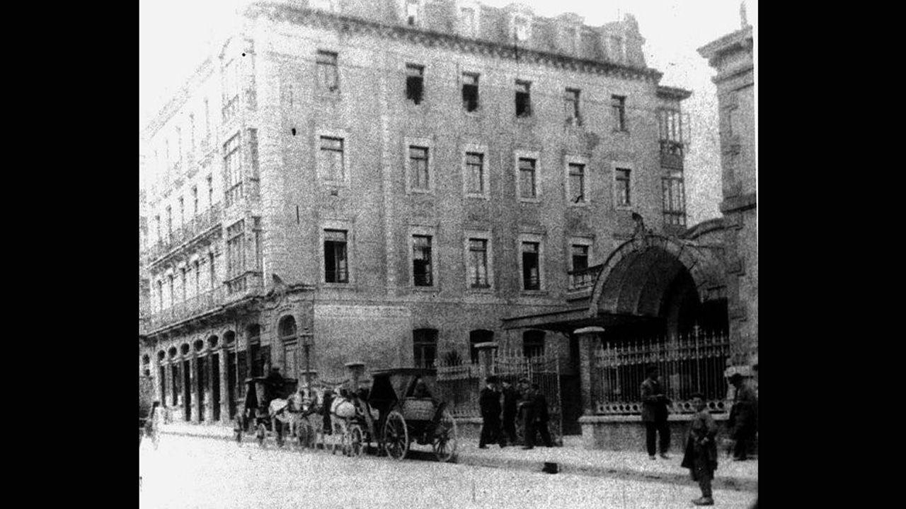 Acceso a la estación de El Vasco por la calle Jovellanos, poco tiempo después de ser inaugurada en 1906