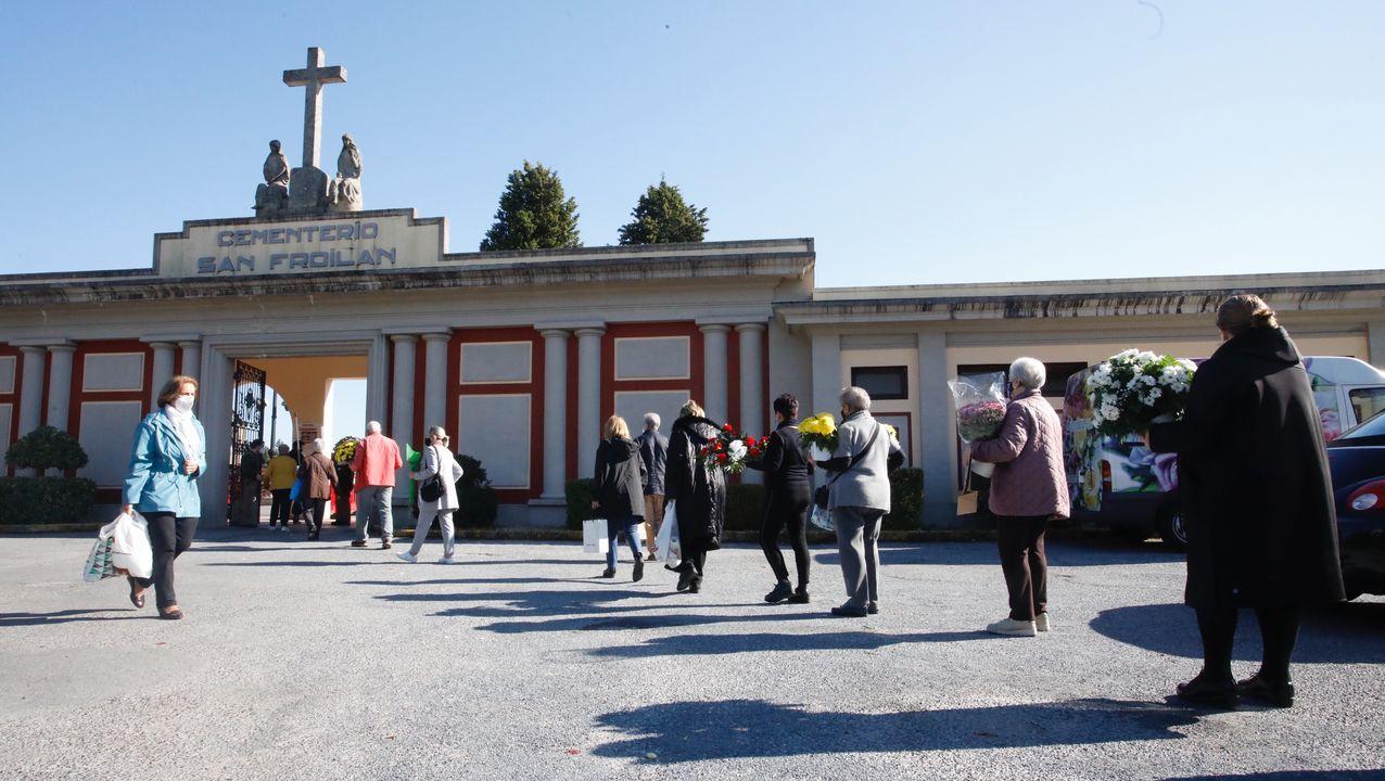 Un difuntos de media hora en el cementerio en Vigo.Ayer se generaron colas a la entrada del cementerio de San Froilán