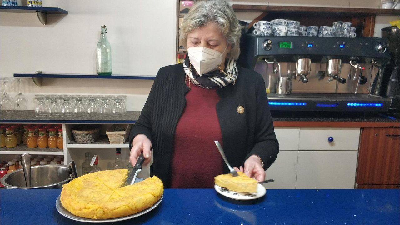 Un sanitario recibe la primera dosis de la vacuna contra el coronavirus en Asturias