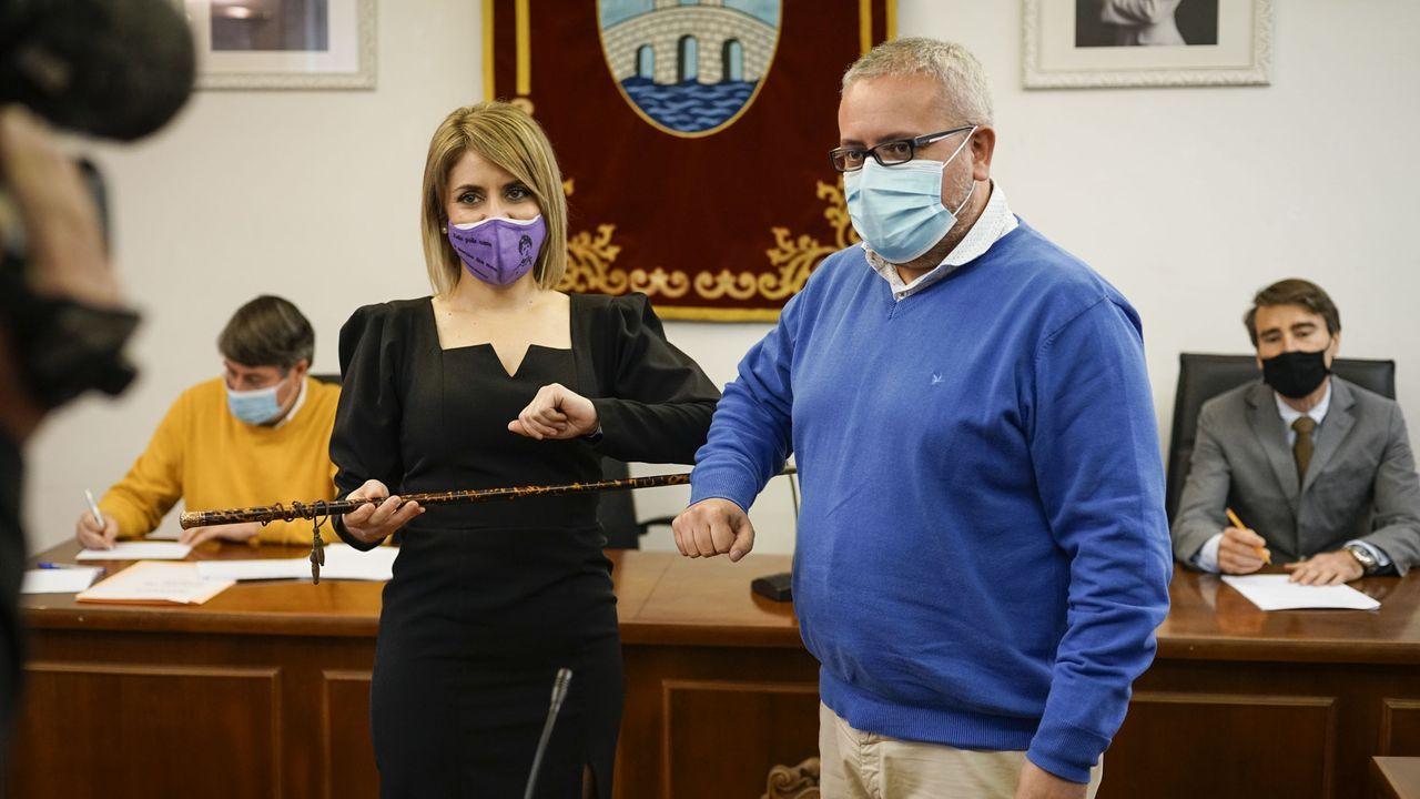 Noelia Rodríguez (PSOE), recibiendo el bastón de mando de Ribadavia de manos de César Fernández (PP)