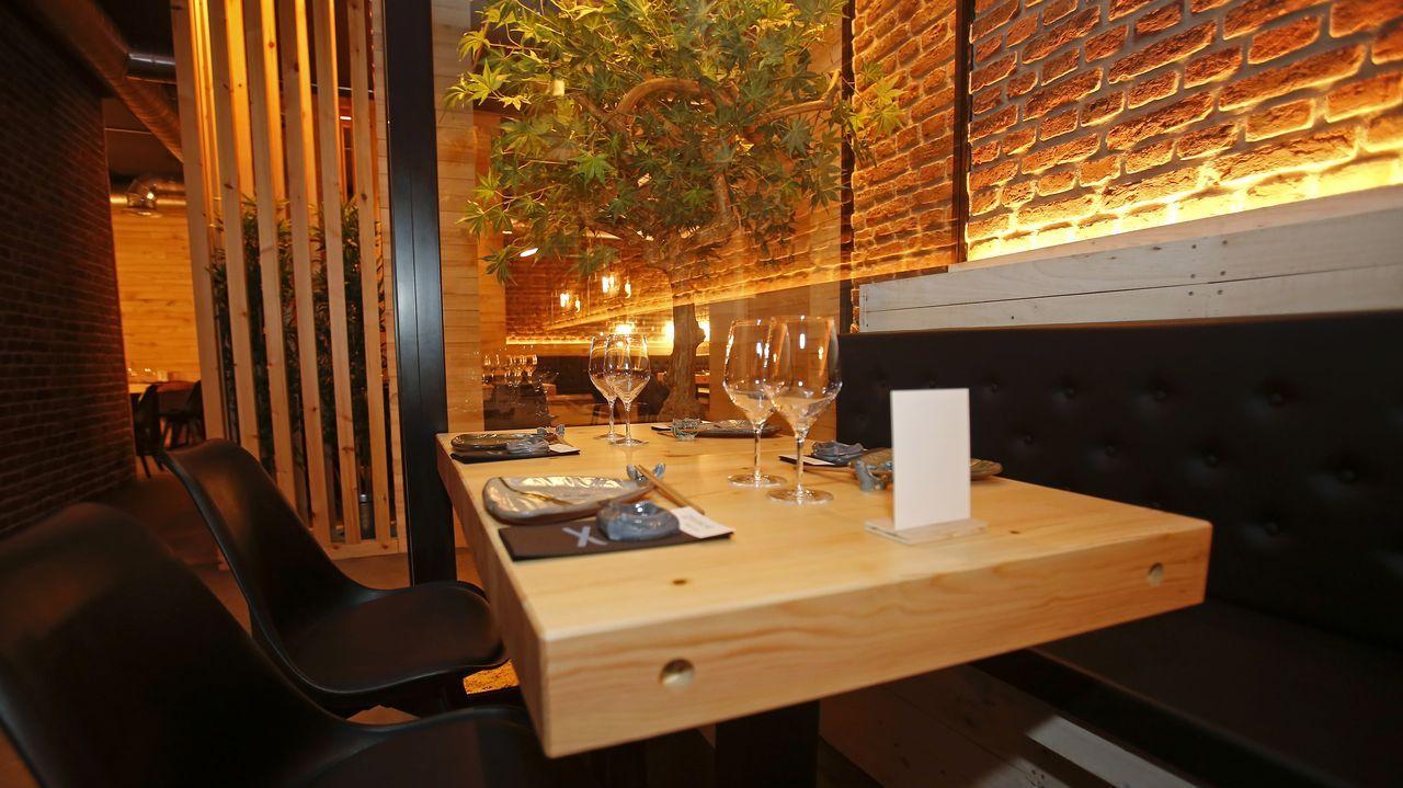 La madera es el material predominante en Sibuya Urban Sushi Bar