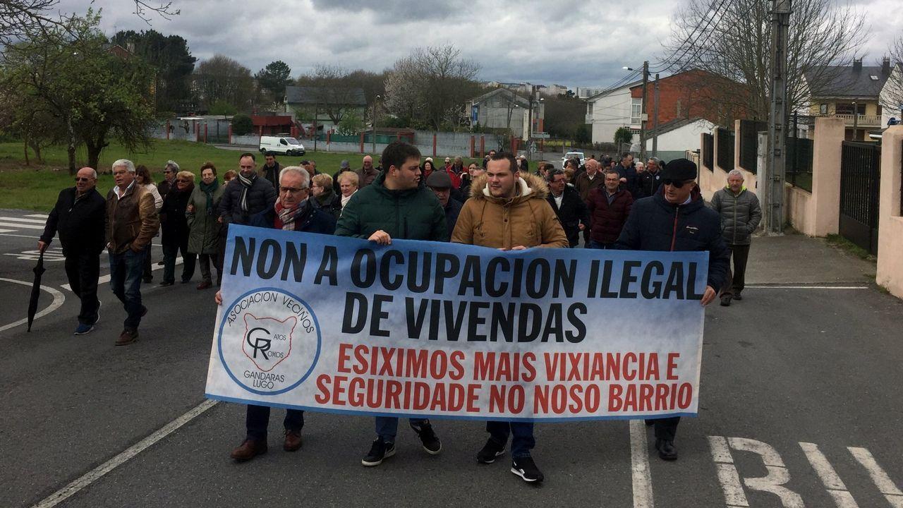 Manifestacion de vecinos en As Gándaras (Lugo) el pasado abril para protestar contra la ocupacion ilegal de viviendas