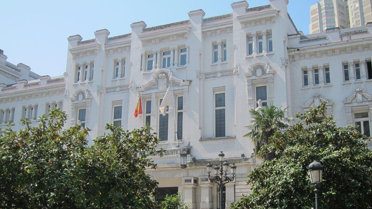 A la derecha, en una foto de archivo, la sede del Tribunal Superior de Xustiza de Galicia, donde se dictó la sentencia ahora recurrida