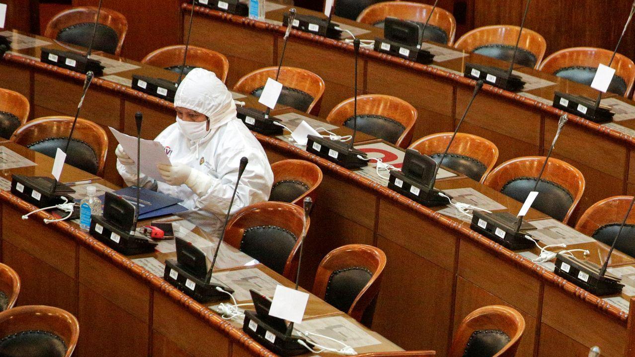 Un diputado boliviano asiste a una sesión del Congreso totalmente enfundado en material de protección