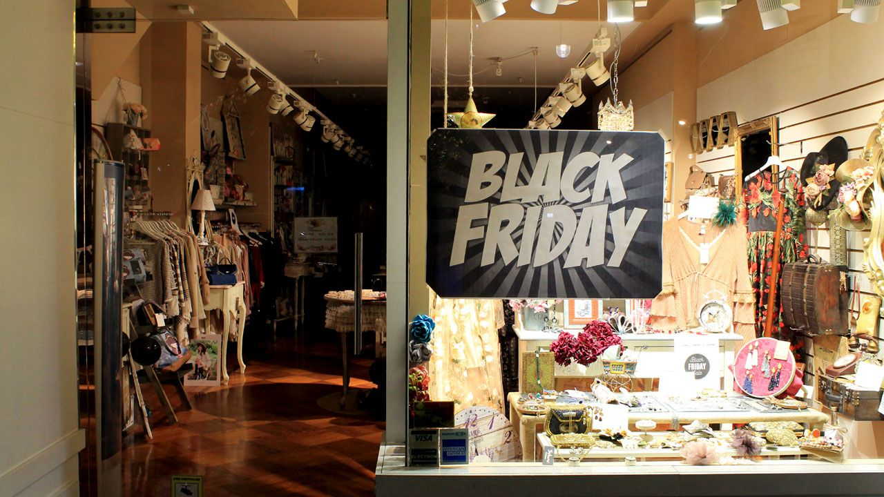 Comercio del centro de Gijón con un cartel anunciador de las rebajas del  «Black Friday»