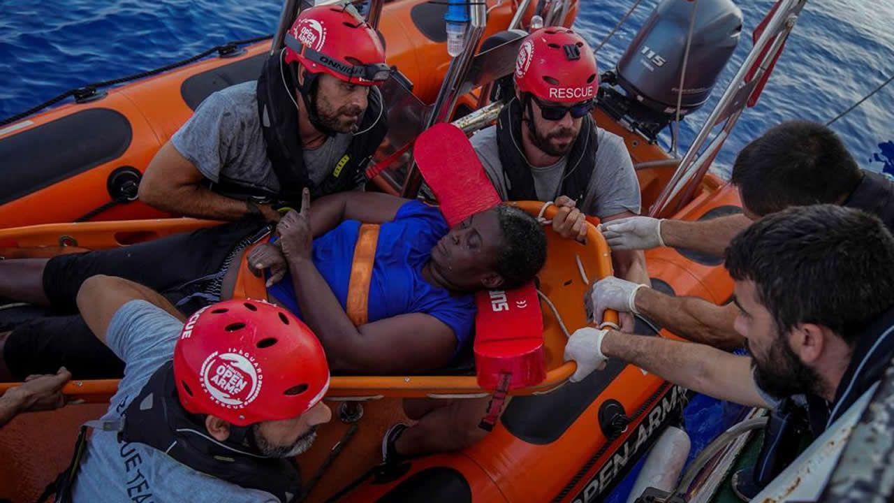 Cientos de inmigrantes cruzan la valla de Ceuta.Imagen de la superviviente a su llegada hoy a Palma de Mallorca