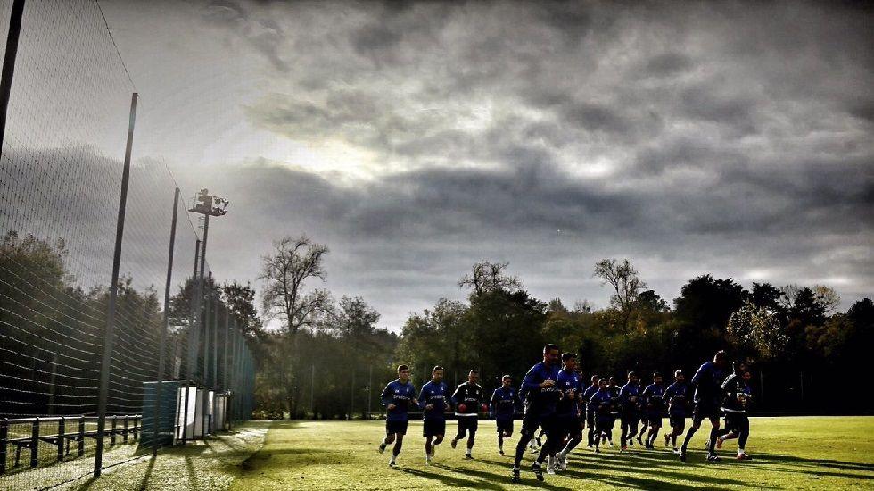 Los jugadores del Oviedo calientan en El Requexón