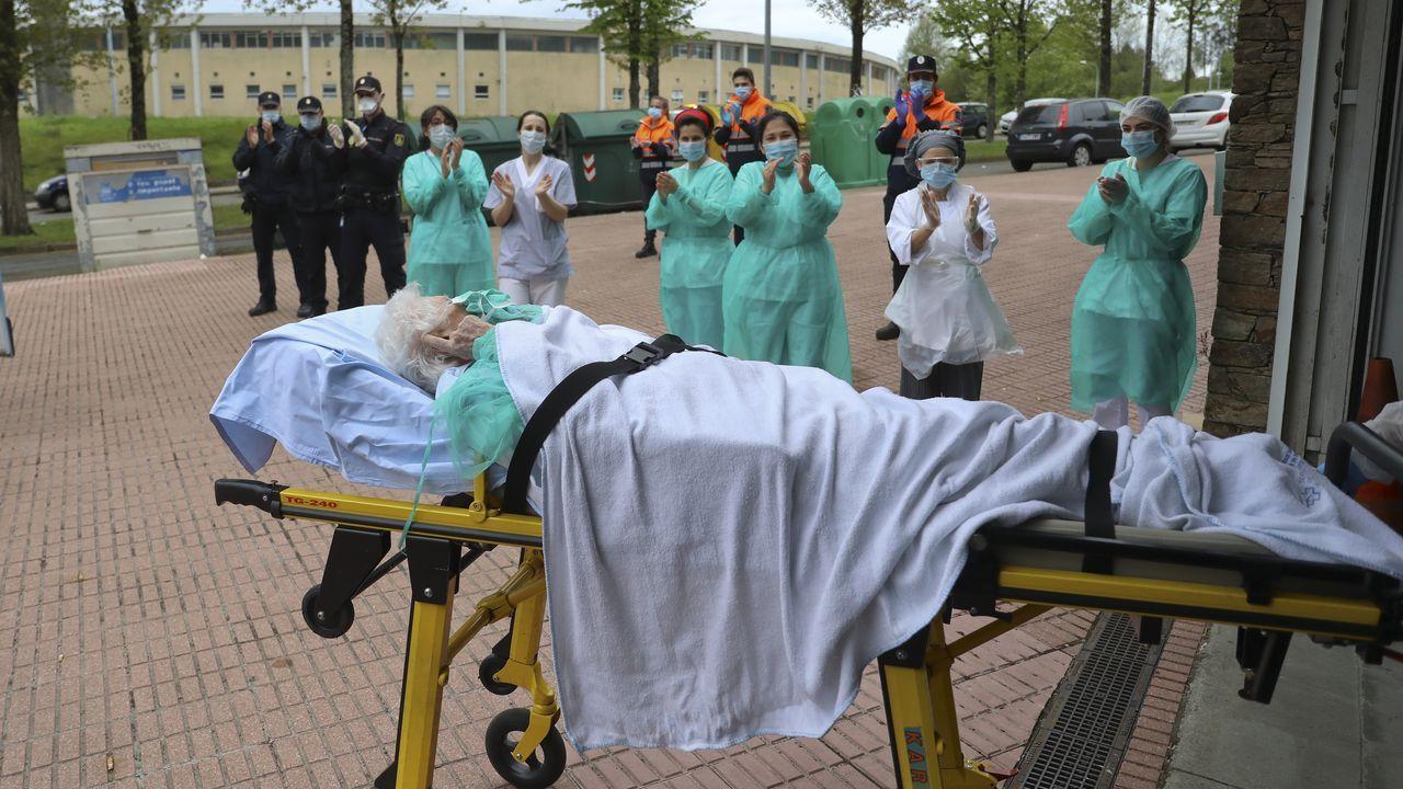 15 de abril, día 32 de confinamiento. En el día en el que Galicia supera la fase aguda de la pandemia, otra noticia positiva llega desde Santiago. En la imagen, el personal de la residencia del barrio de San Lázaro aplaude a Carmen que, con 100 años, venció al coronavirus.