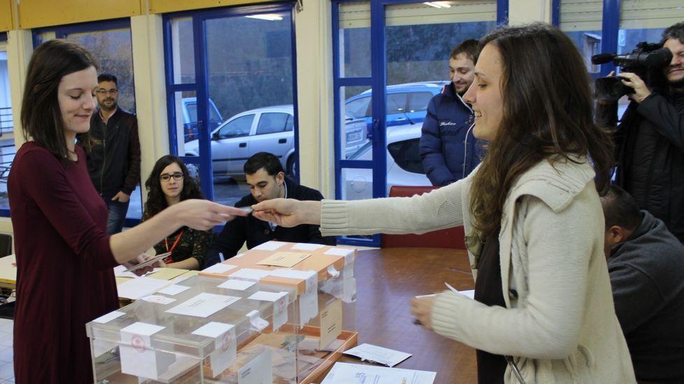 Olalla Rodil, a la izquierda, votando en Lugo con su hermana en la mesa