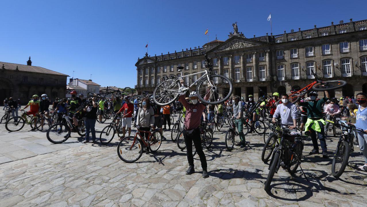 Compostela apuesta por las bicis en el casco histórico.La calle Claro Campoamor de Santiago es una de las que el Concello ha reducido su velocidad máxima permitida antes de que lo exigiese la DGT