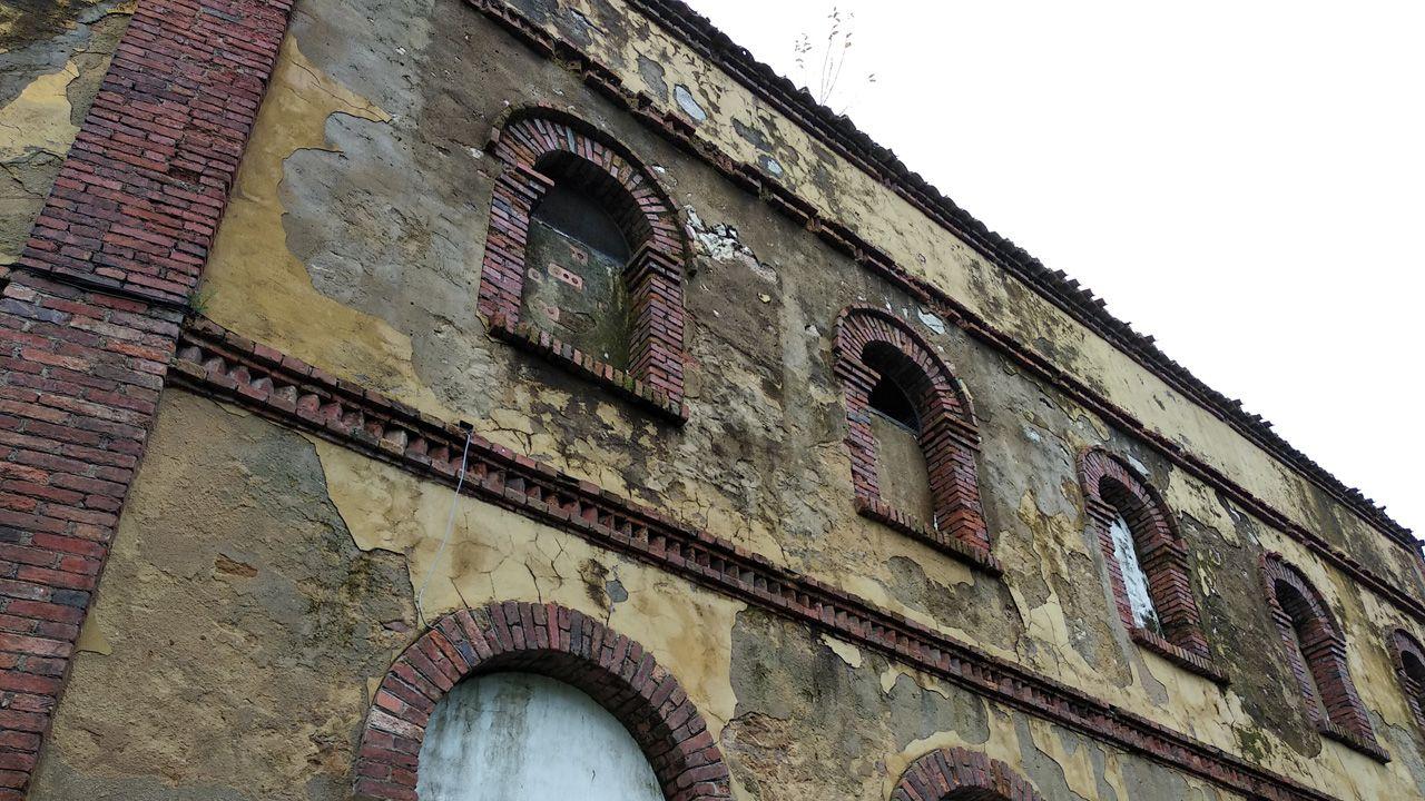 Detalle del mal estado de la fachada de la plaza de toros de Oviedo, construida en 1889 y actualmente en estado ruinoso