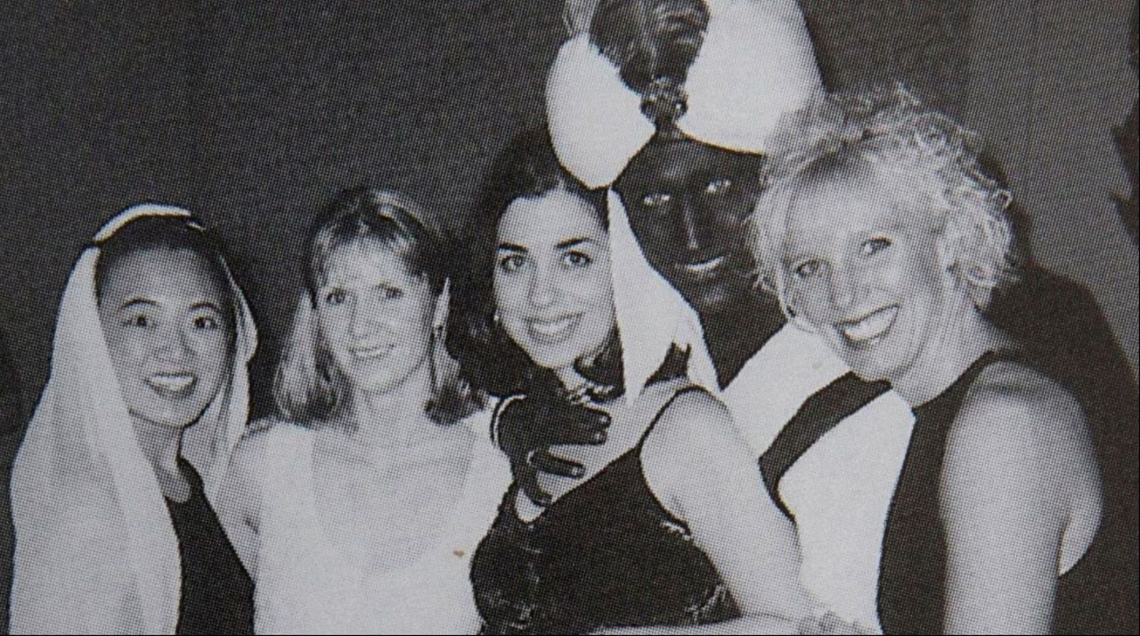 Trudeau, que  entonces un profesor de 29 años en una prestigiosa escuela privada de Vancouver, aparece disfrazado de Aladino con la piel pintada de negro