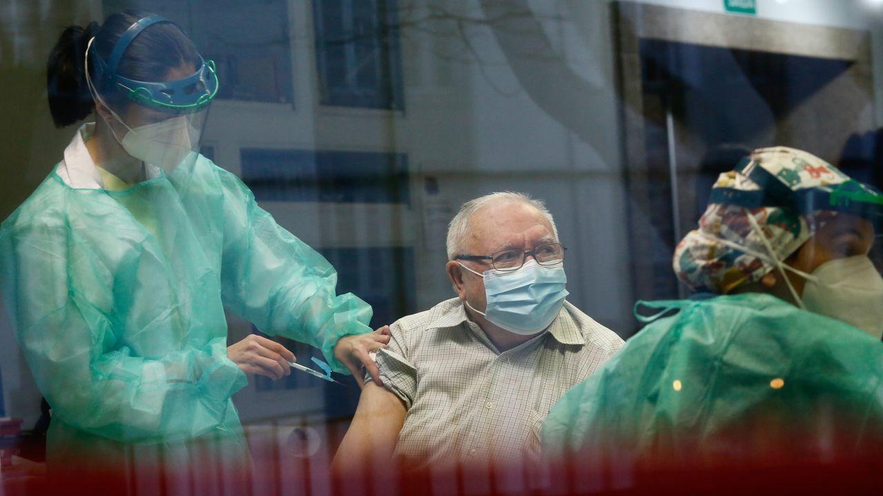 Trabadores de la residencia Porta do Camiño de Santiago reciben la segunda dosis