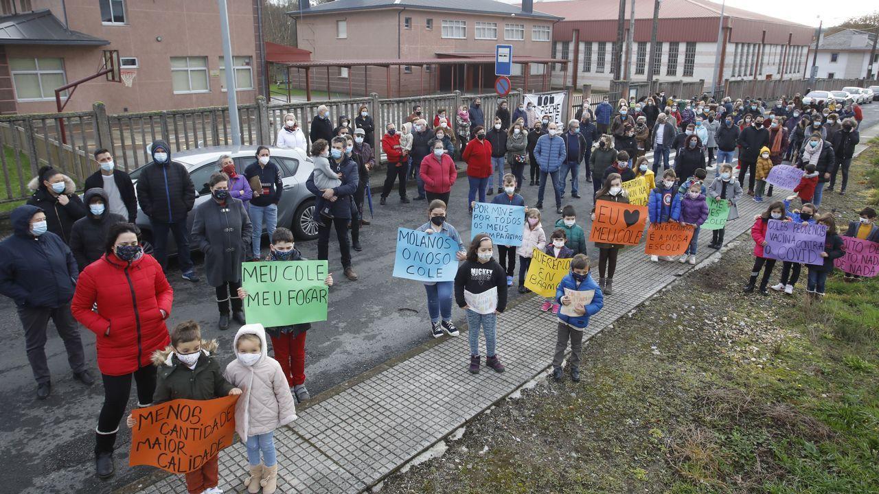 Padres, alumnos y vecinos se concentraron a las puertas del colegio de Baamonde