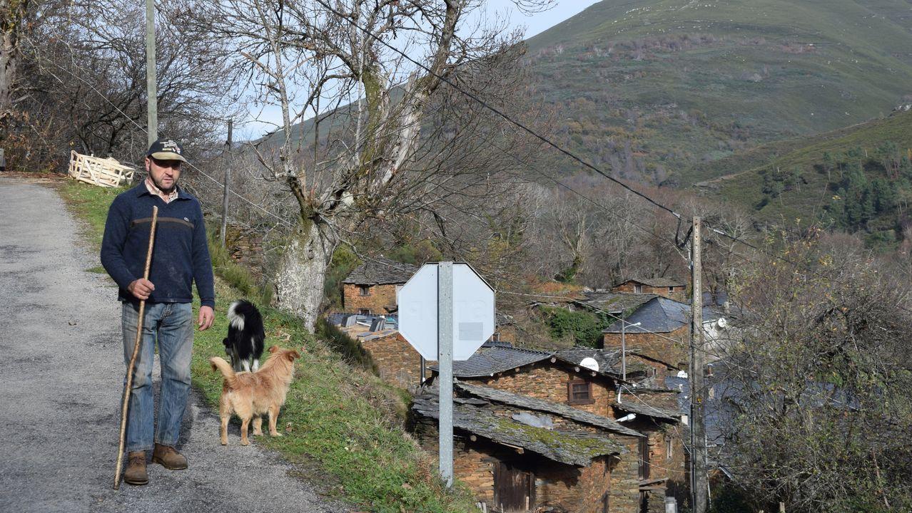 Luis, el único ganadero de Parada, junto a su aldea