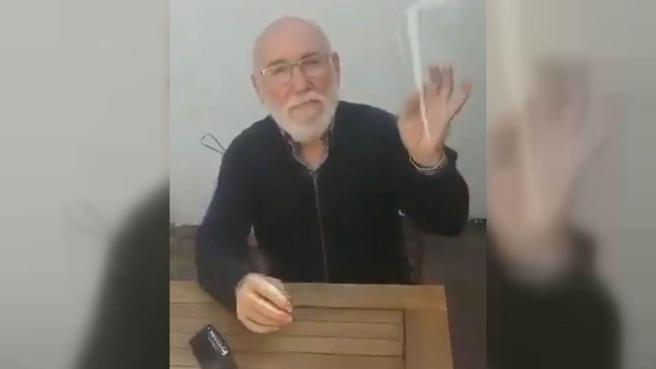 Homenaje de Banksy a los sanitarios.Captura del vídeo que circula por Internet mostrando la sencilla forma de hacerse una pantalla de protección con un elemento plástico transparente y un taladro de folios. Si se usan gafas, no es necesario nada más