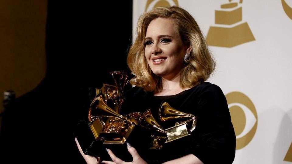 Adele - Hello.Adele durante la ceremonia de los Grammy del 2012