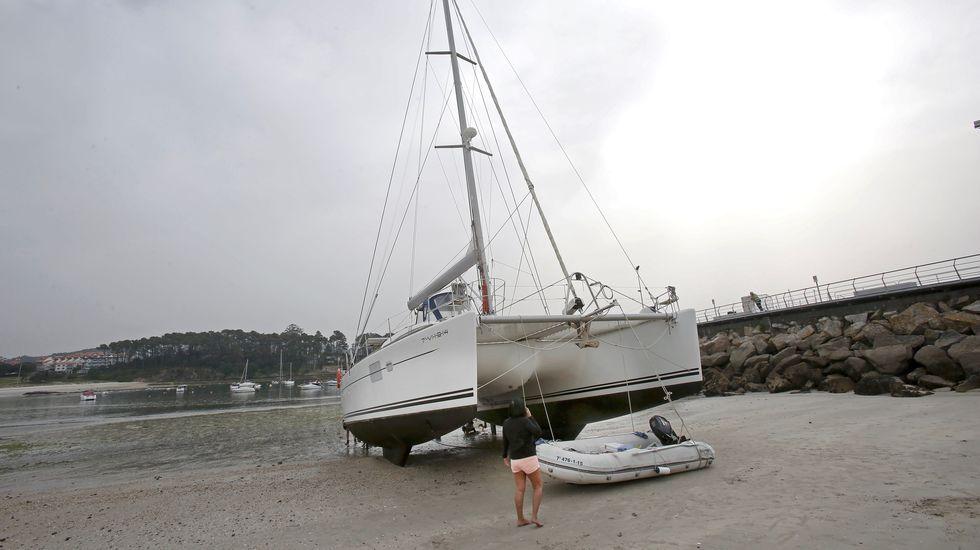 Catamarán en la arena de la playa de Baltar, Portonovo. Sanxenxo
