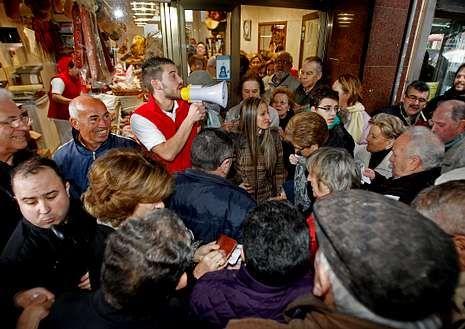El hombre de oro recorre las calles del centro.Un empleado anunciando el número ganador de la rifa.