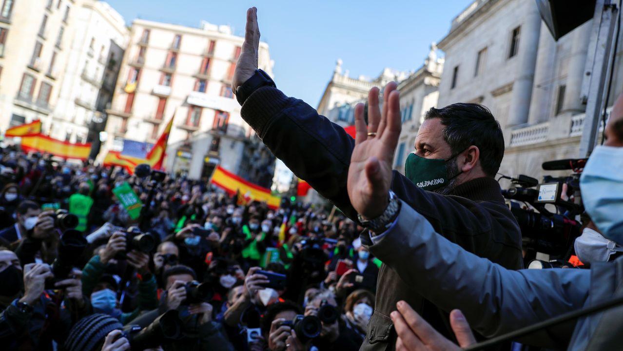 España se llena de sonrisas enmascaradas gracias a la Lotería de Navidad.Santiago Abascal saluda a los simpatizantes de Vox concentrados en Barcelona para celebrar el Día de la Constitución