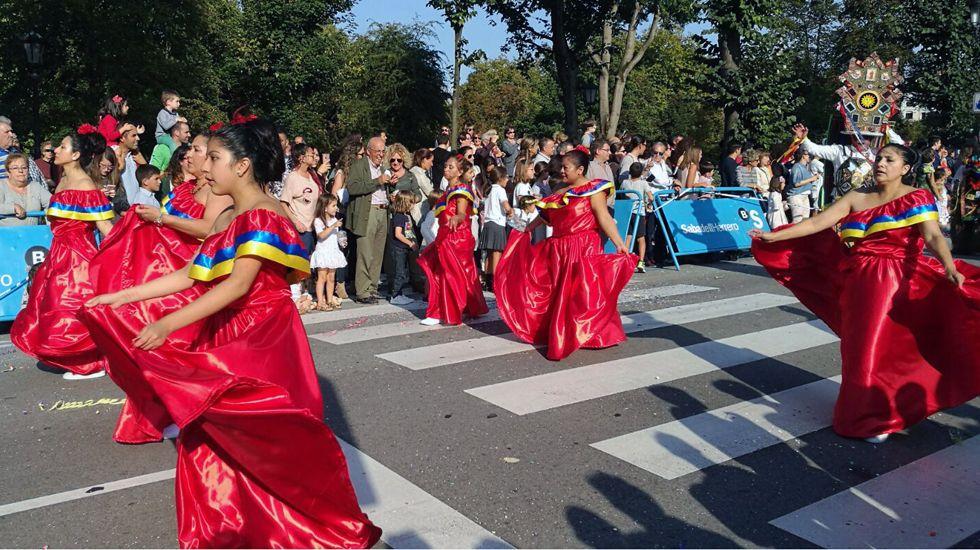 Bailarinas del grupo de Educador en el desfile del Día de América en Asturias.Bailarinas del grupo de Educador en el desfile del Día de América en Asturias