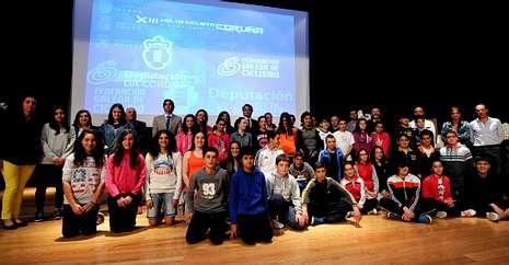 El auditorio de Melide acogió ayer la presentación de la prueba con alumnos de secundaria.